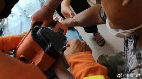 工人手指不慎卷入机器,岳西消防紧急破拆救援